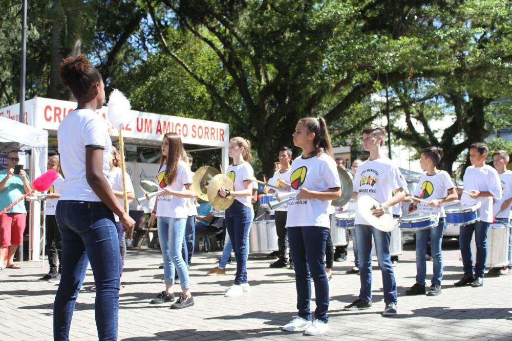 Encontro de Bandas e Fanfarras reúne 600 integrantes na Praça Nereu Ramos
