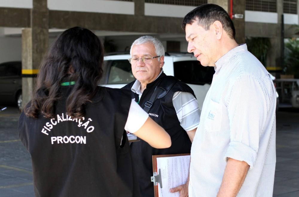 Procon fiscaliza estacionamentos em Criciúma