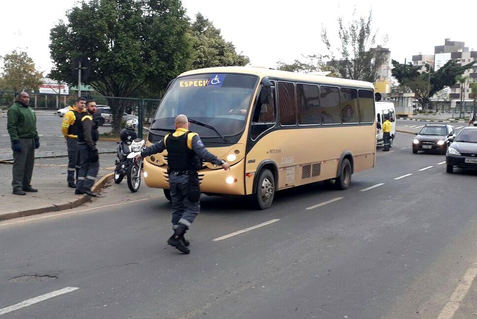 Agentes de trânsito fiscalizam vans e micro-ônibus em Criciúma
