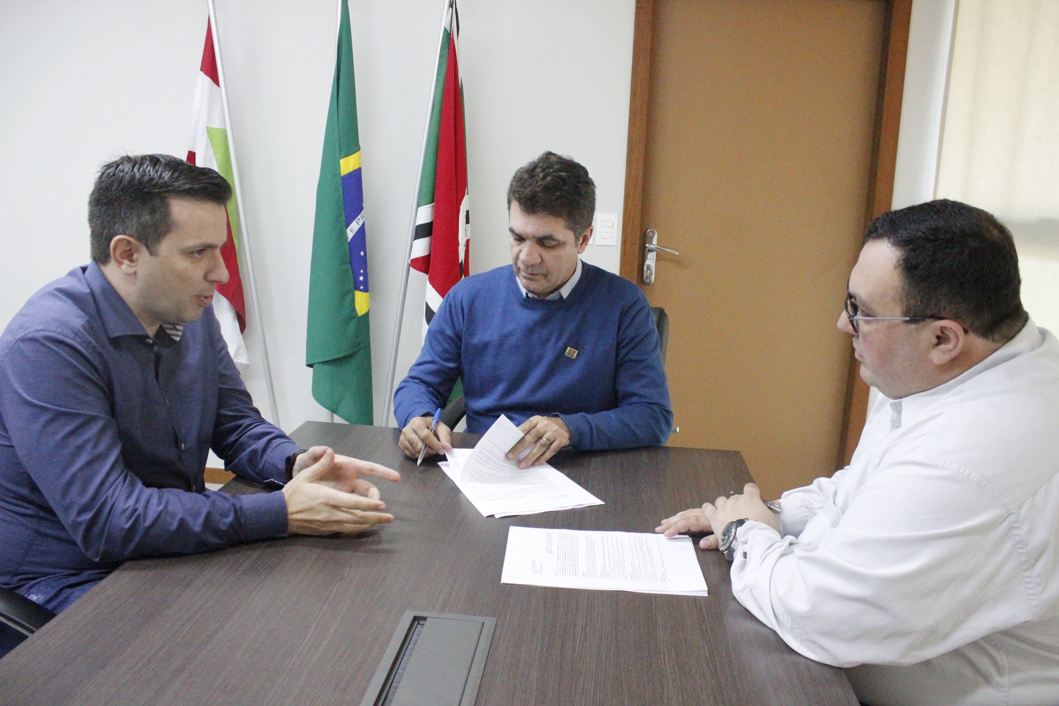 Prefeitura Municipal de Criciúma - Prefeitura assina contrato com nova empresa de fiscalização eletrônica