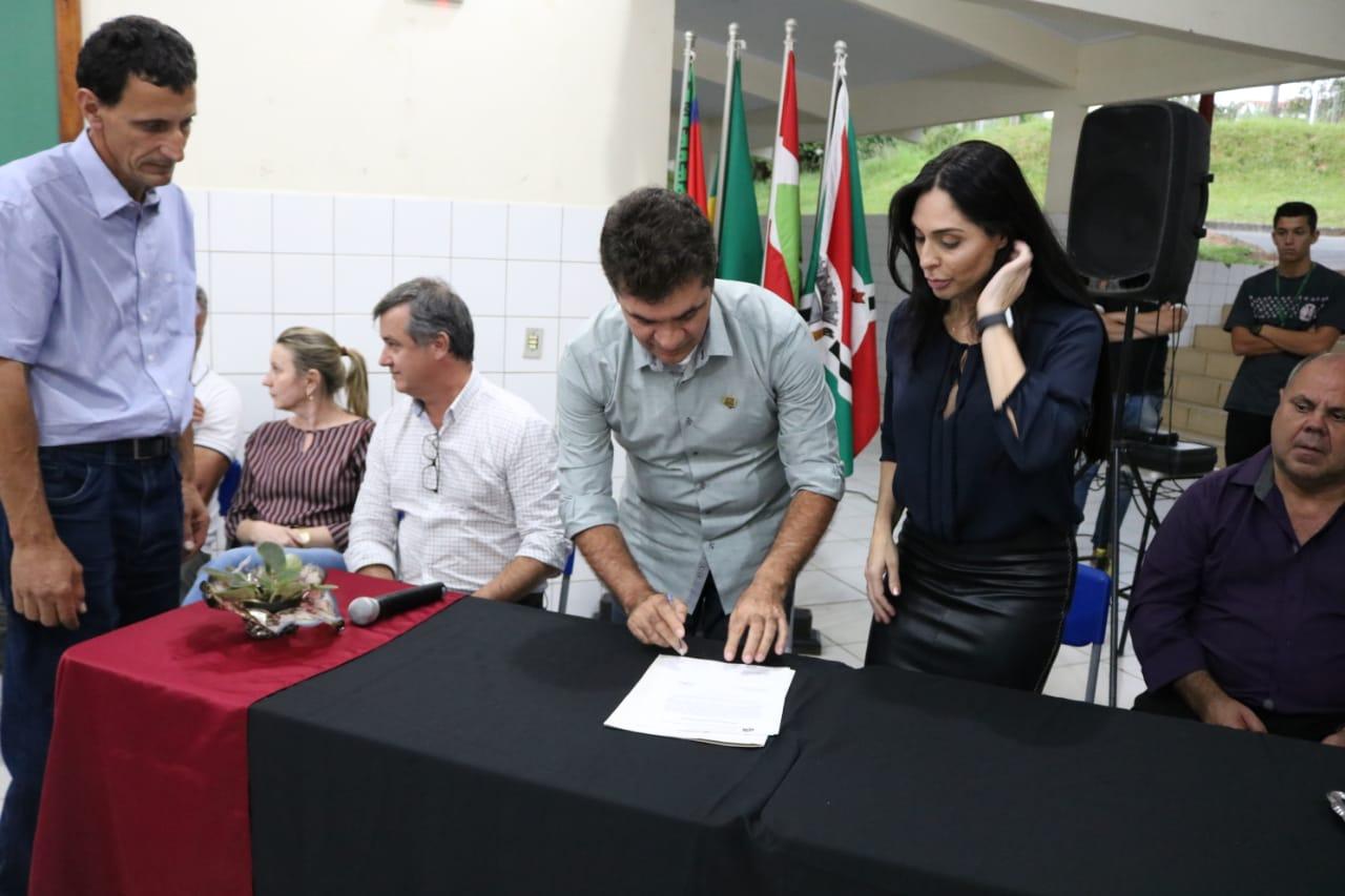 Prefeitura Municipal de Criciúma - Salvaro assina ordem de serviço para obras no bairro Metropol