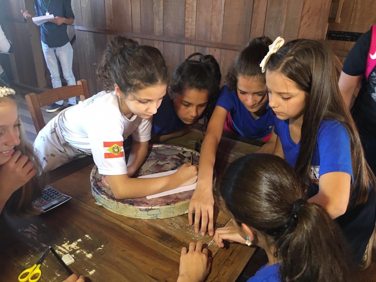 Prefeitura Municipal de Criciúma - Estudantes aliam teoria e prática em aula de Matemática na atafona do Parque dos Imigrantes