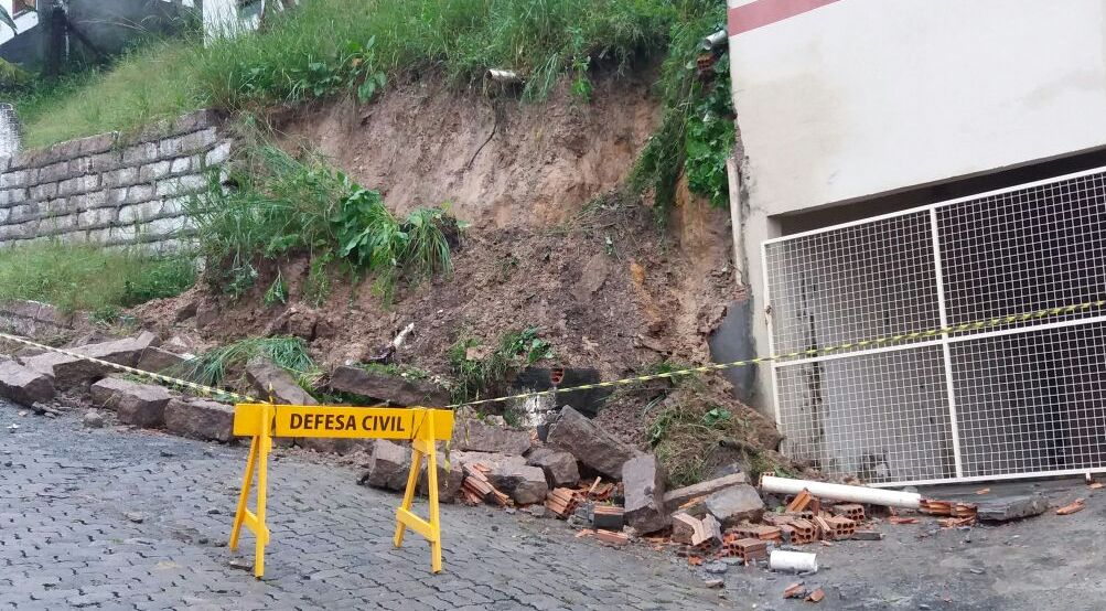 Deslizamento_de_terra_em_Criciuma_Foto_de_Divulgacao_Decom.jpg