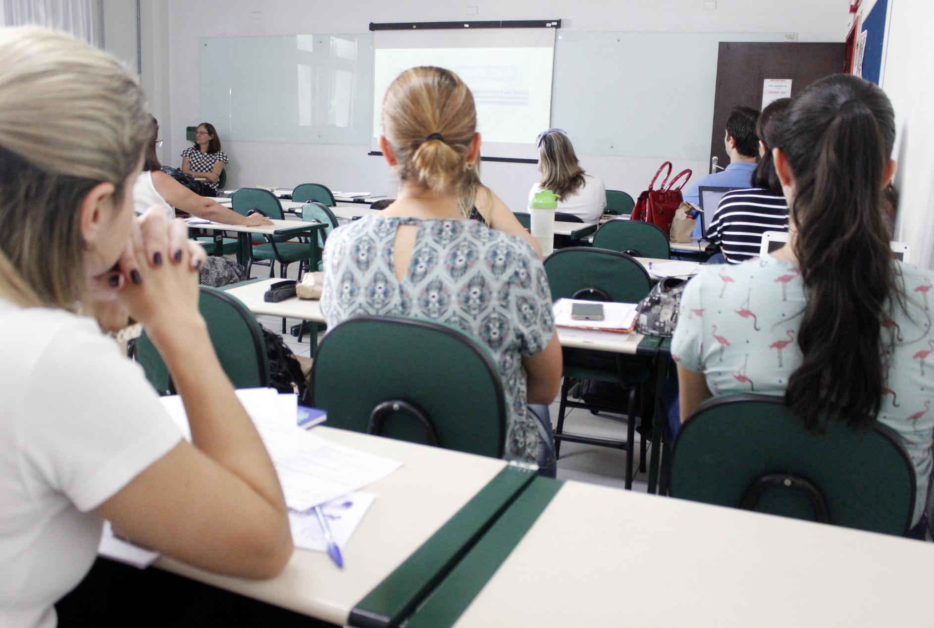 Prefeitura Municipal de Criciúma - Educadores discutem currículo escolar da rede municipal de Criciúma