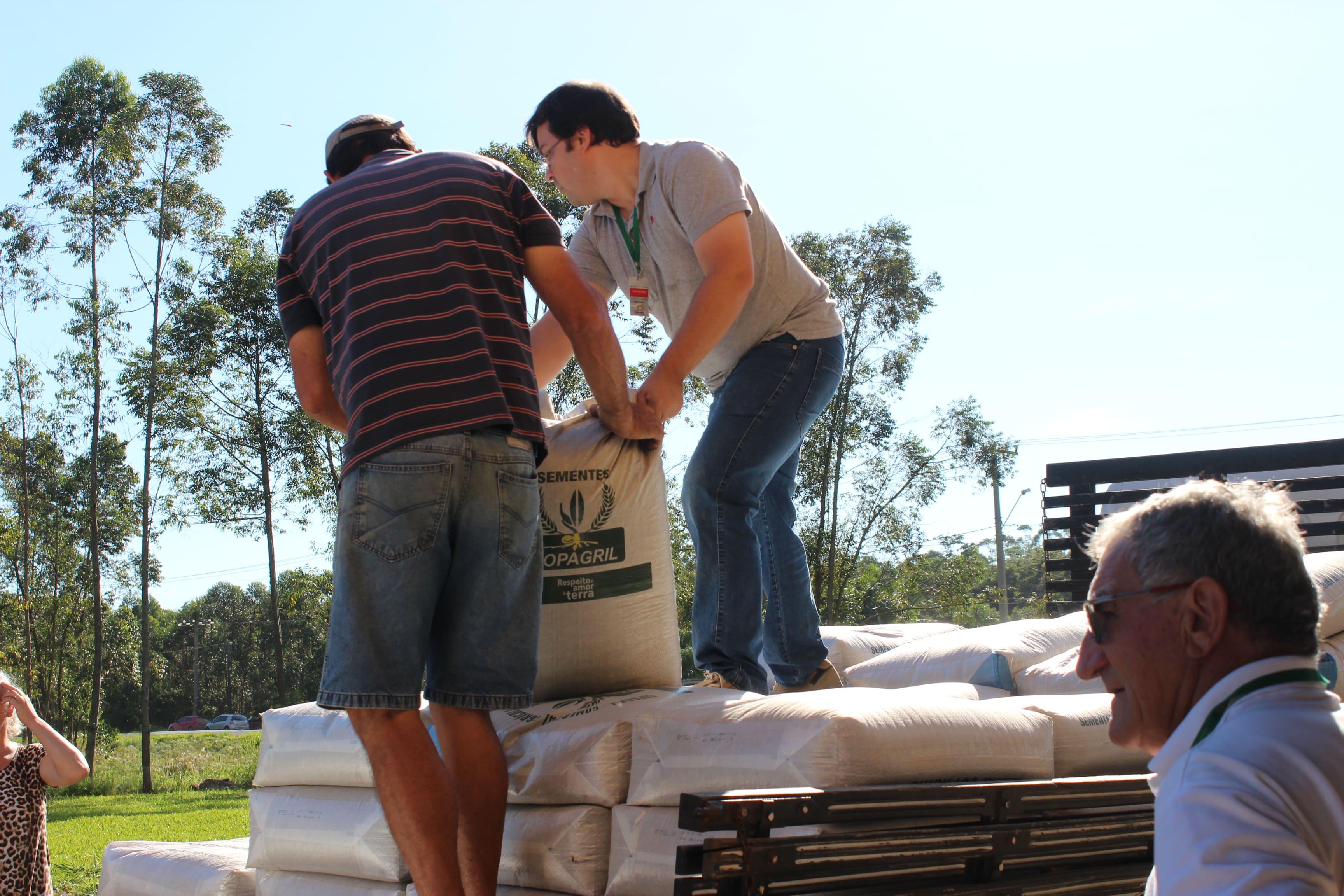 Programa 'Porteira Adentro' investe 30 mil em sementes para beneficiar agricultores