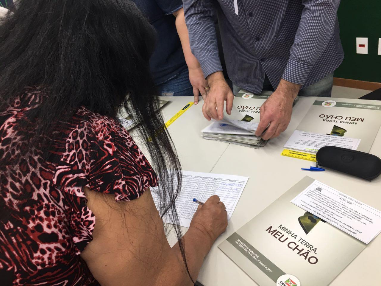 Assistência Social realiza entrega de 72 escrituras de imóveis em Criciúma
