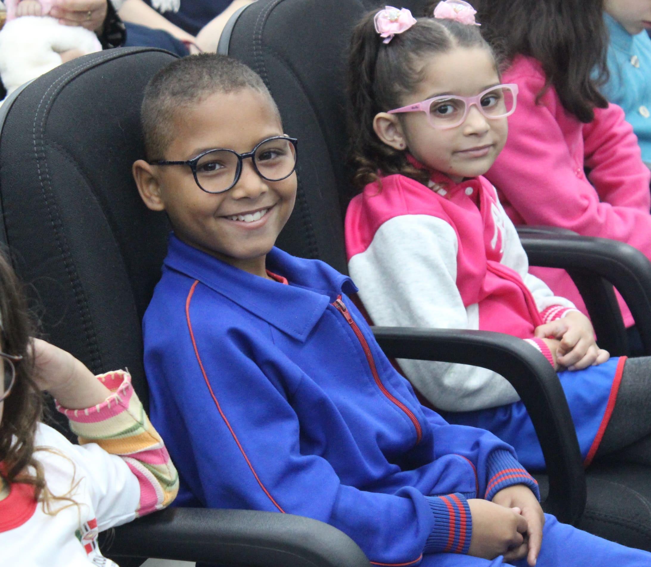 Parceria entre Secretaria de Educação e Rotary Club entrega óculos de grau a estudantes