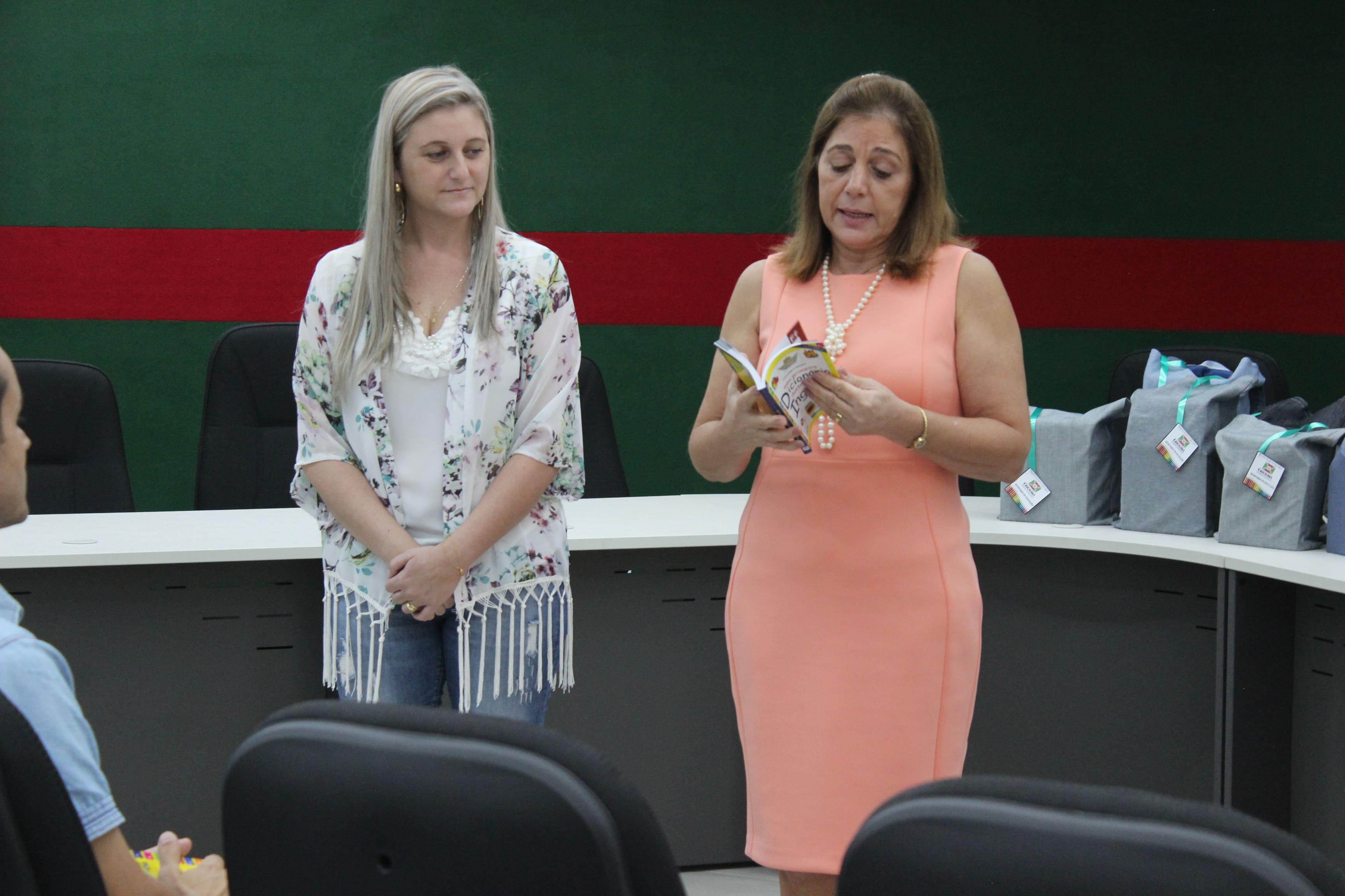 Prefeitura Municipal de Criciúma - Secretaria de Educação inicia entrega de 1.350 dicionários ilustrativos de inglês