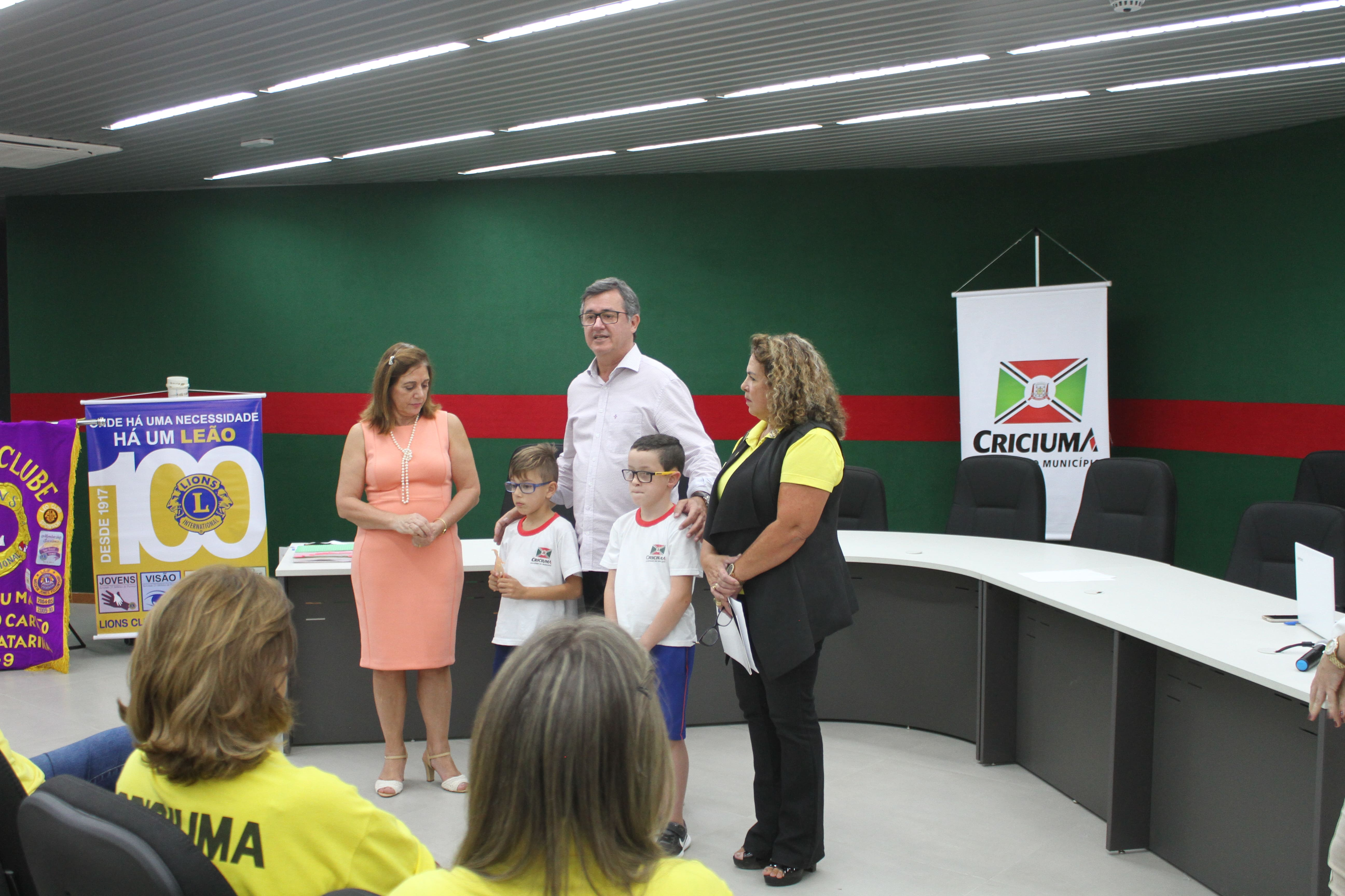 Prefeitura Municipal de Criciúma - Parceria entre Secretaria de Educação e Lions Clube entrega óculos para estudantes da rede municipal