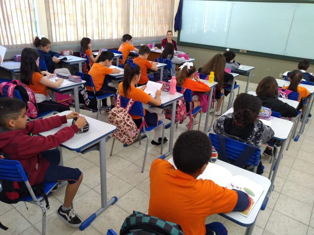 Parceria entre Secretaria de Educação e Lions Clube entrega óculos para estudantes da rede municipal