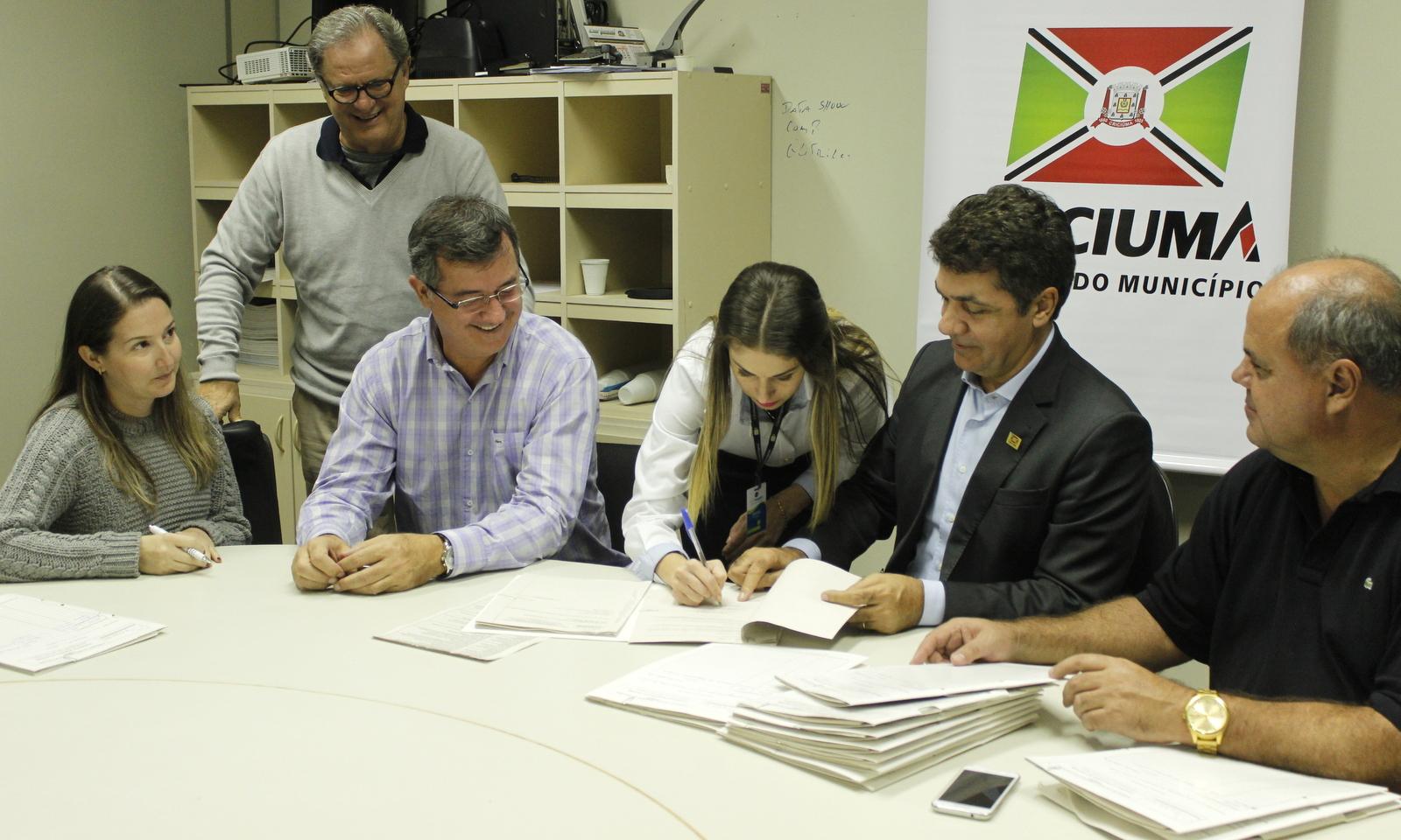 Solenidade marca assinatura de contratos para adoção de praças e logradouros públicos em Criciúma