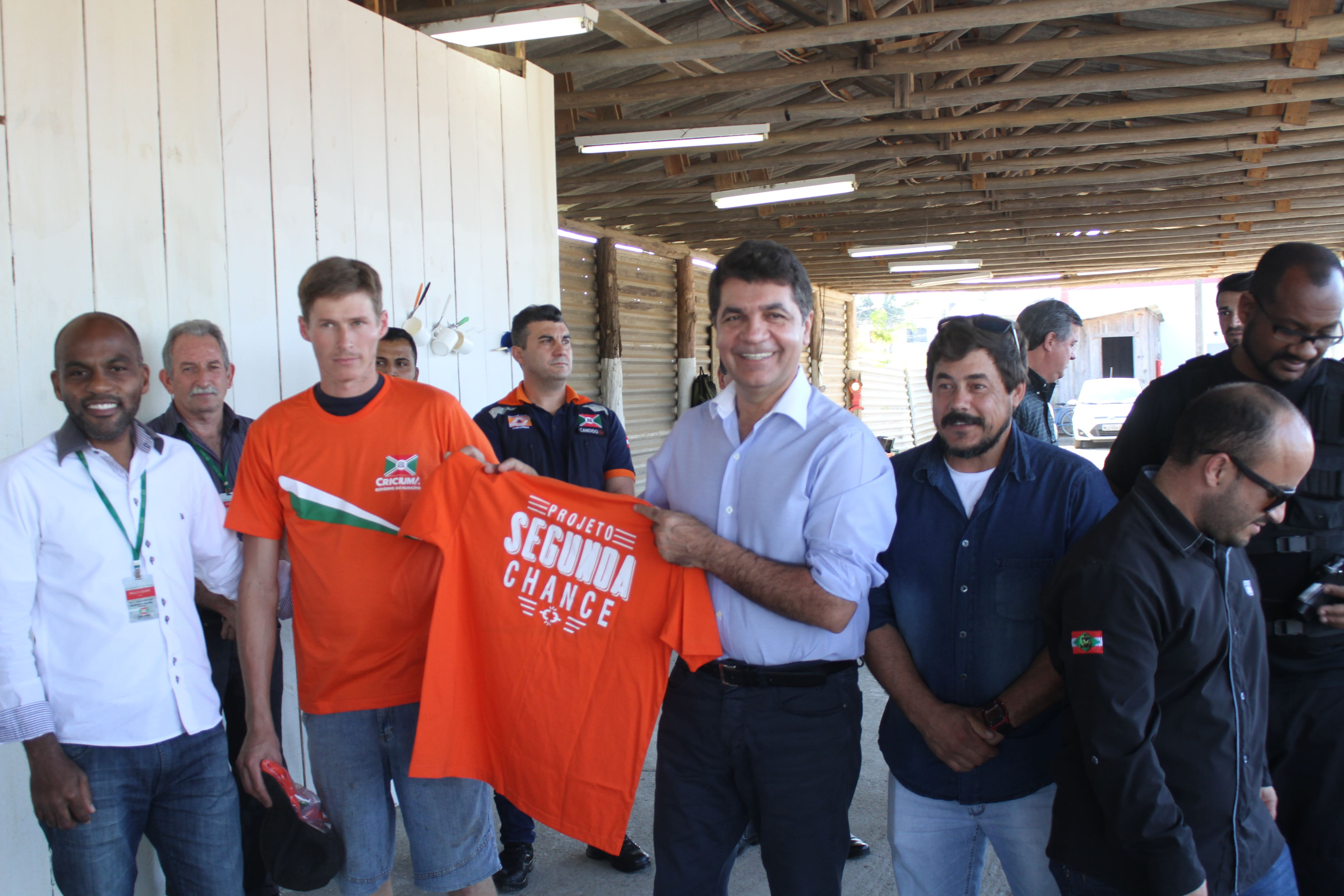 Salvaro entrega uniformes aos detentos do projeto Segunda Chance