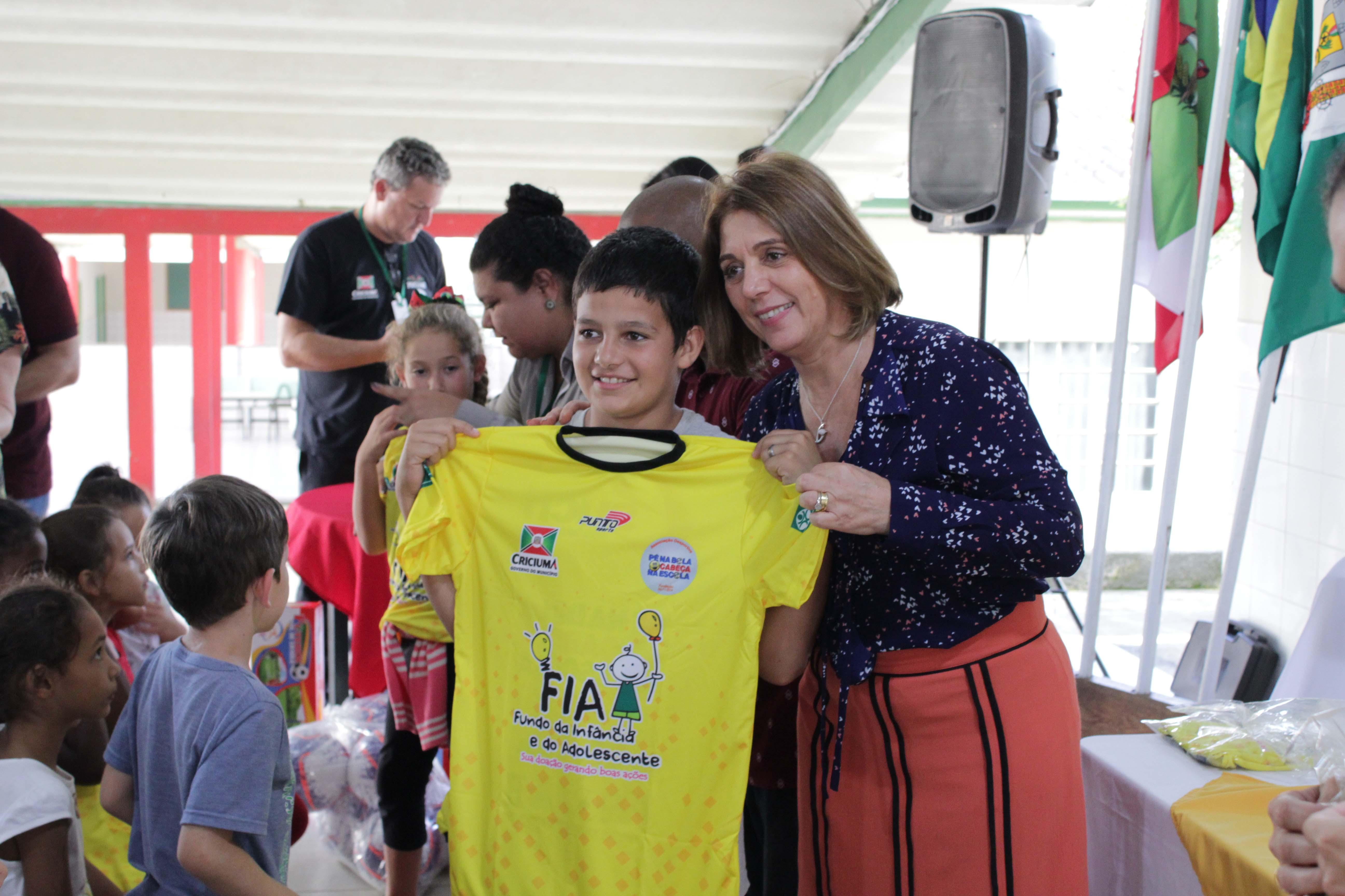 Educação: projeto 'Pé na Bola, Cabeça na Escola' inicia entrega de uniformes
