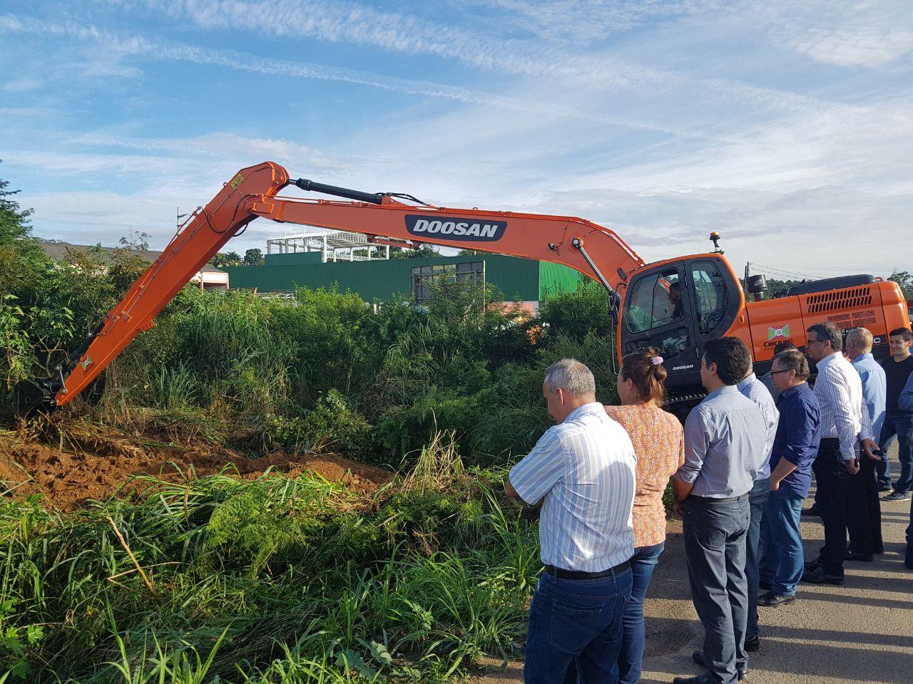 Prefeitura Municipal de Criciúma - Prefeitura inicia trabalho de desassoreamento do Rio Linha Anta
