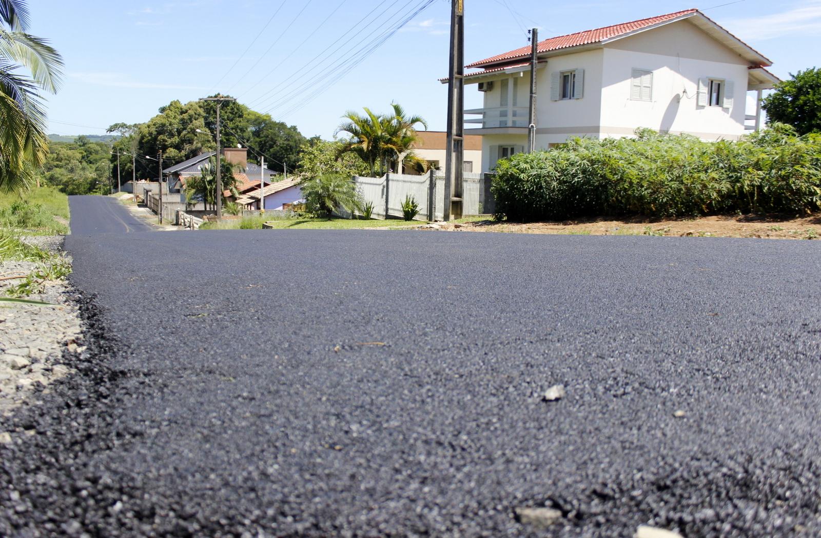 Prefeitura Municipal de Criciúma - Prefeitura de Criciúma pavimenta ruas no bairro Primeira Linha
