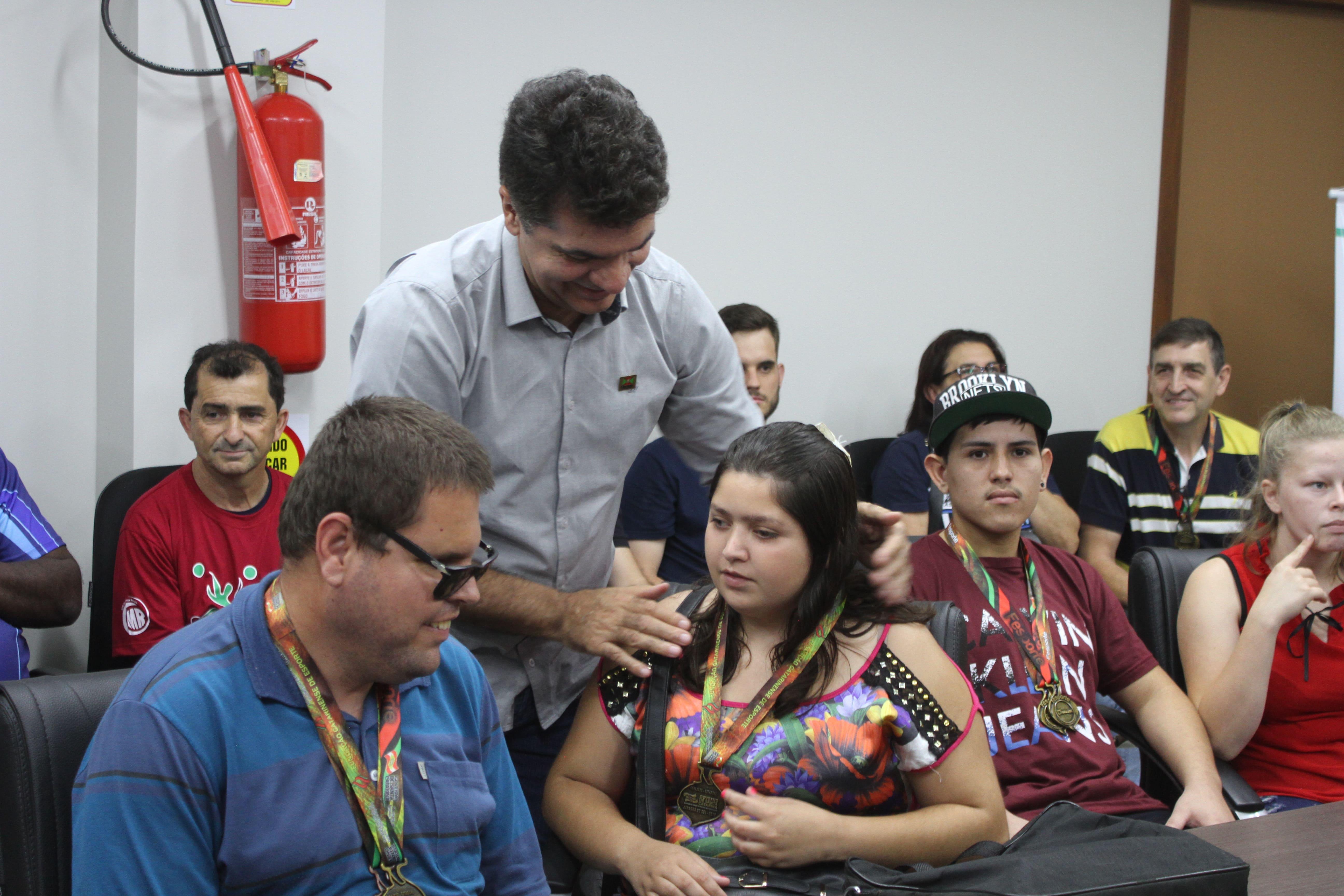 Atletas do Parajasc são parabenizados na volta para casa