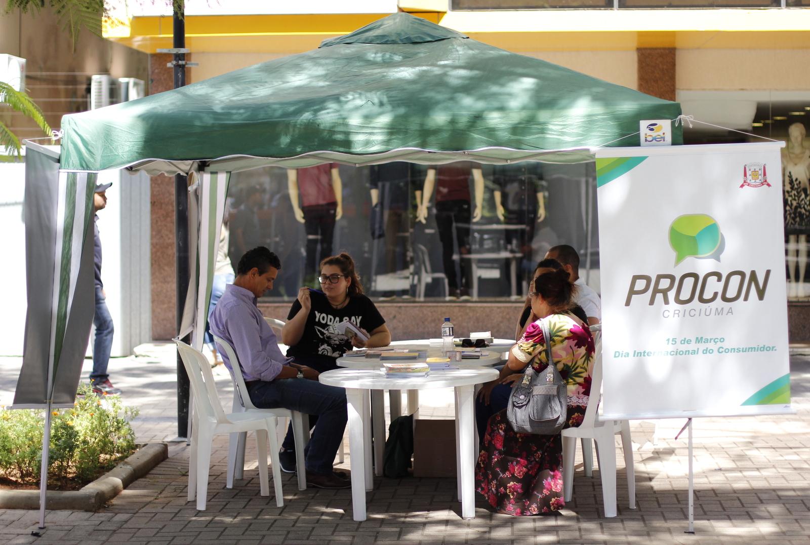 Procon_atende_consumidores_na_Praca_Nereu_Ramos_Foto_de_Jhulian_Pereira_2.JPG