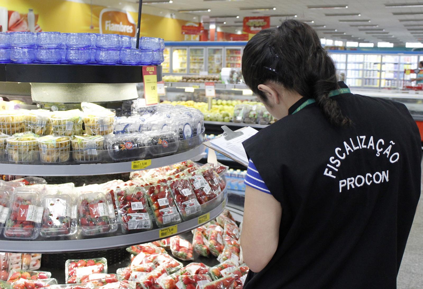 Procon_realiza_pesquisa_de_precos_em_supermercados_de_Criciuma_Foto_de_Emerson_Justo_2.JPG