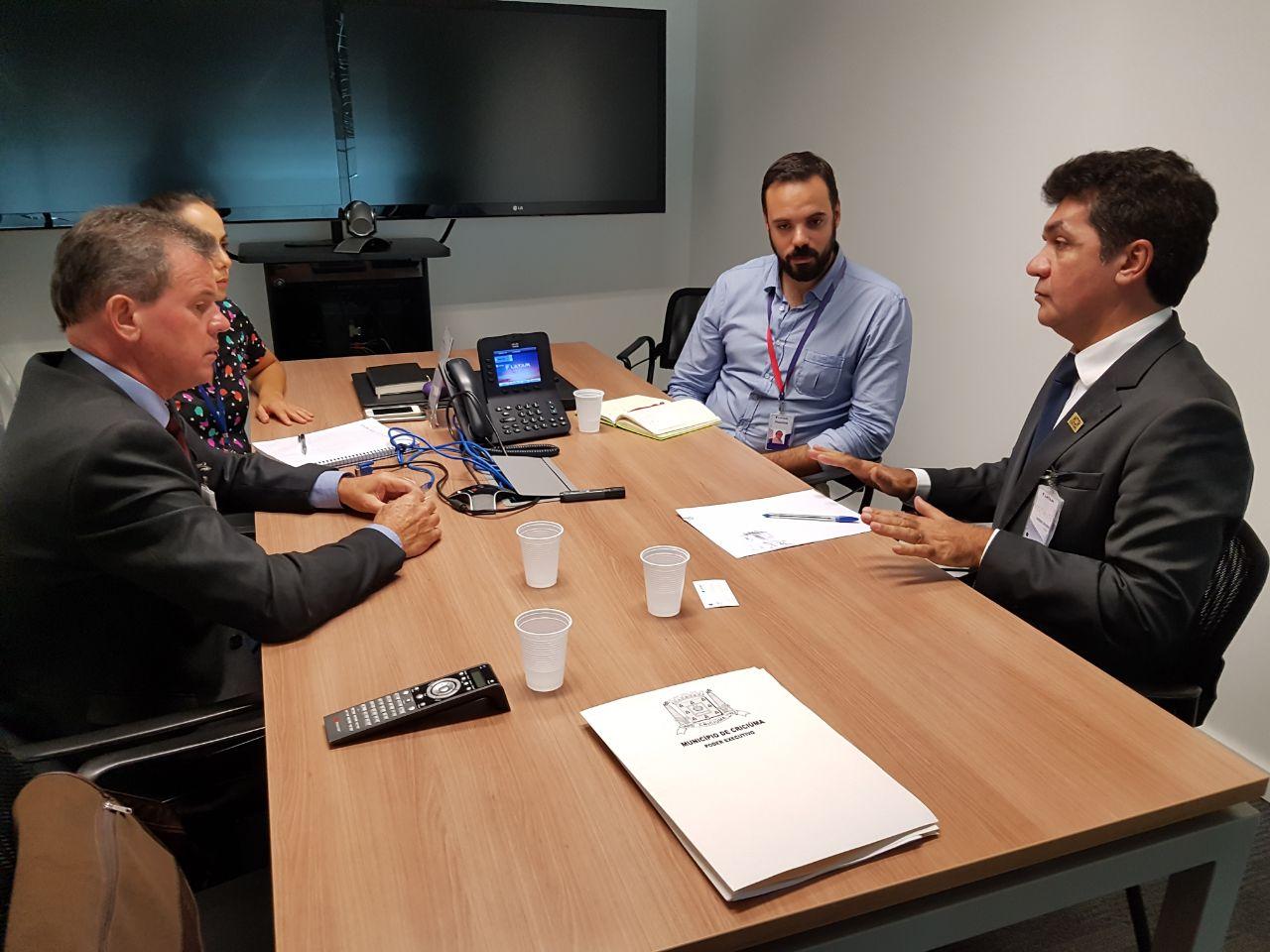 Prefeitura Municipal de Criciúma - Salvaro se reúne com gerência da Latam e discute alteração em horário de voo