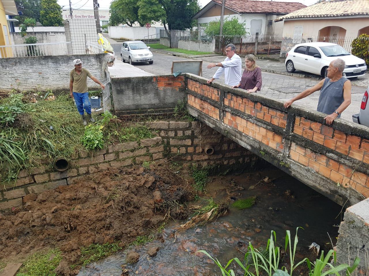 Prefeitura Municipal de Criciúma - Processo de desassoreamento começa a ser feito no Rio das Antas, no bairro Próspera