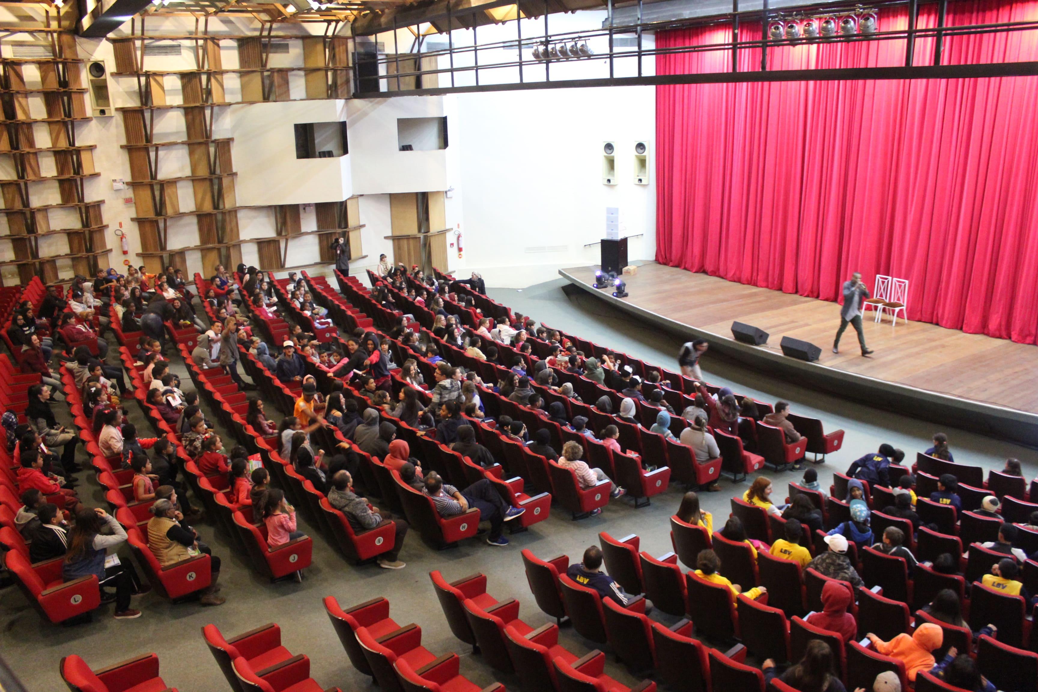 Prefeitura Municipal de Criciúma - Peça teatral promovida pelo Creas leva mais de mil crianças ao Teatro Elias Angeloni
