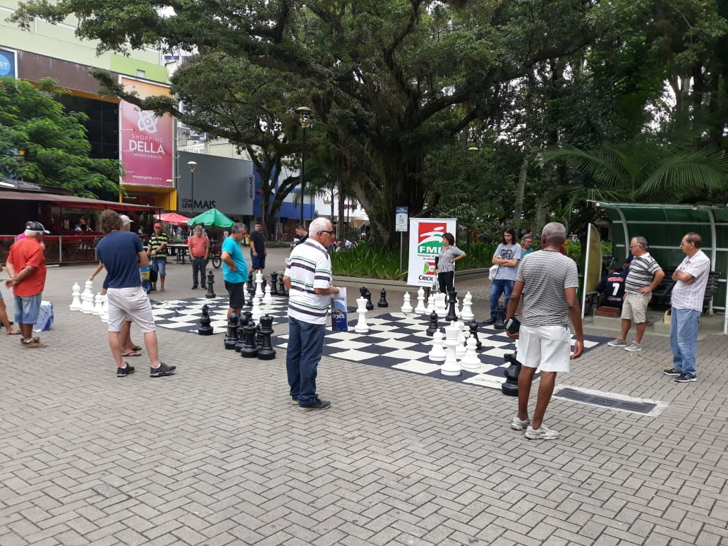 Xadrez em Movimento reúne aproximadamente 100 pessoas na Praça Nereu Ramos