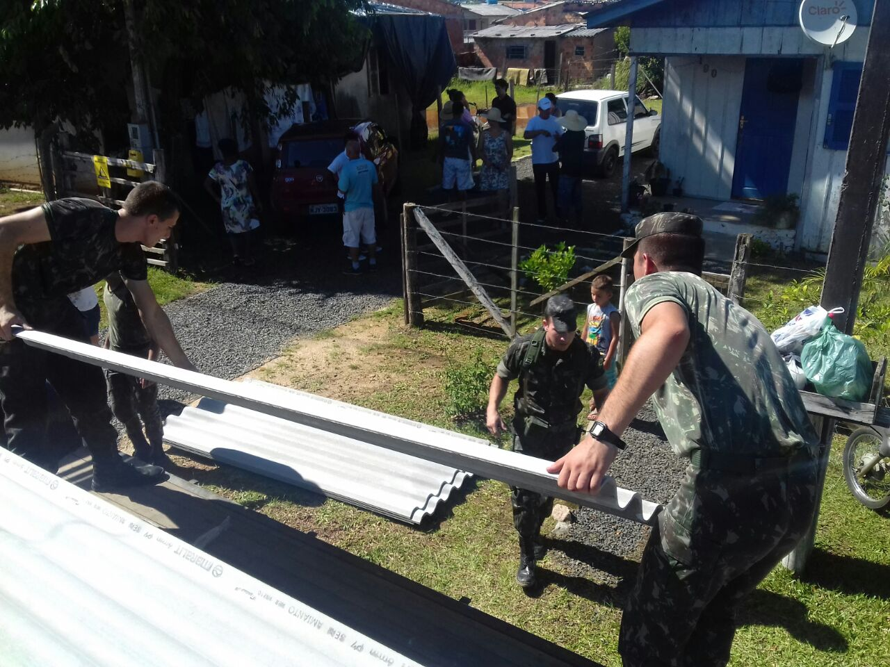 Após decreto de emergência, Prefeitura distribui mais de 2,2 mil telhas